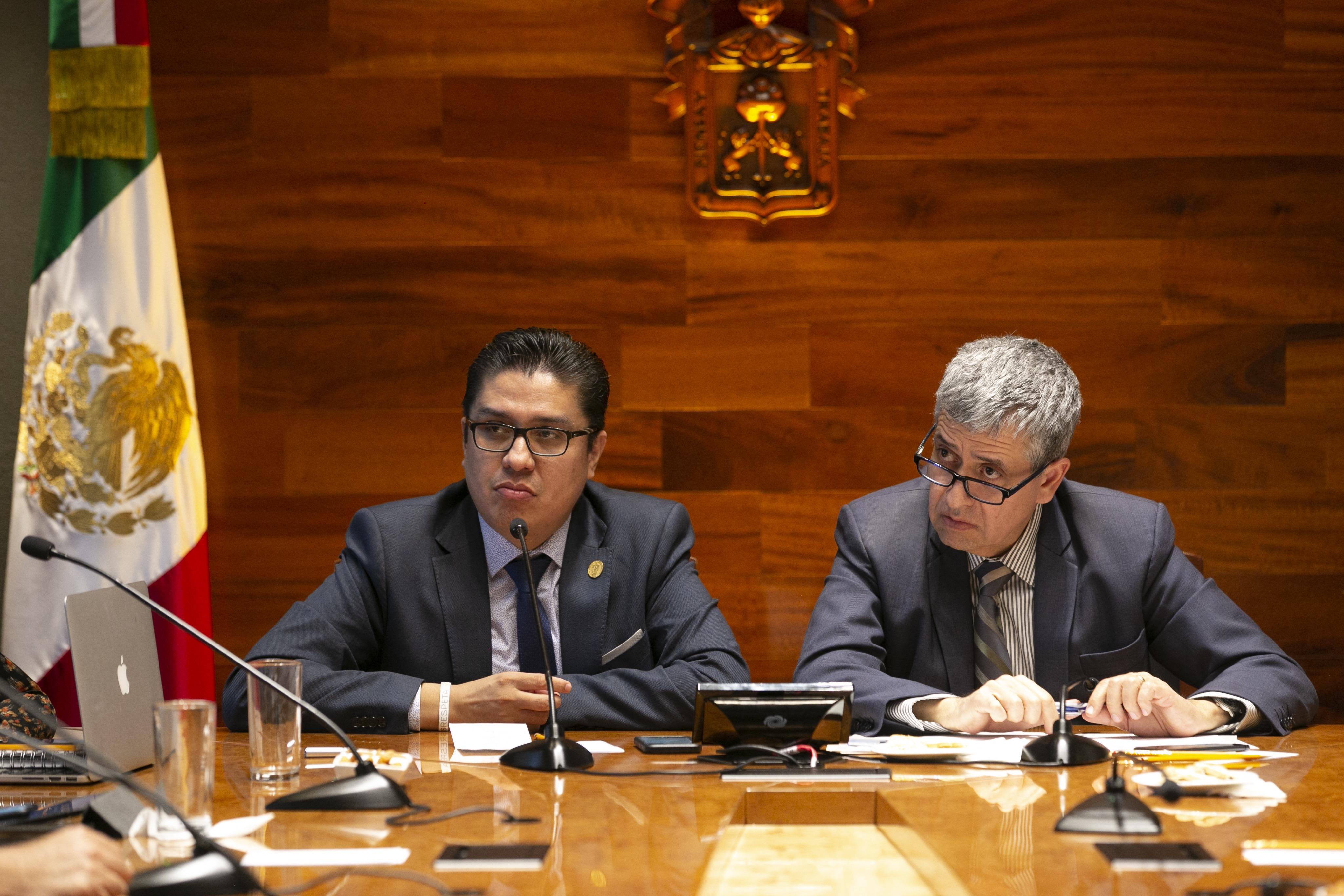 Rector del CUCS presidiendo la reunión junto al vicerrector de la UdeG