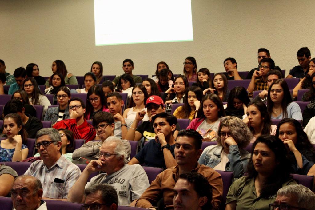 Estudiantes y público asistente a la conferencia