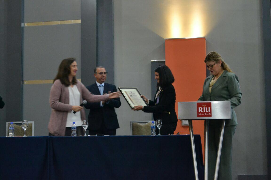 Entrega reconocimiento a la Dra. Miguela Caniza