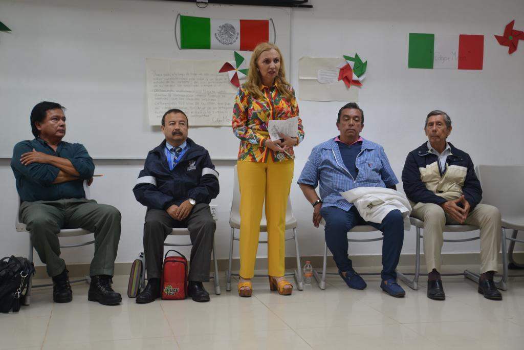 Dra. Blanca Miriam Torres de pie y resto de ponentes en el Conversatorio