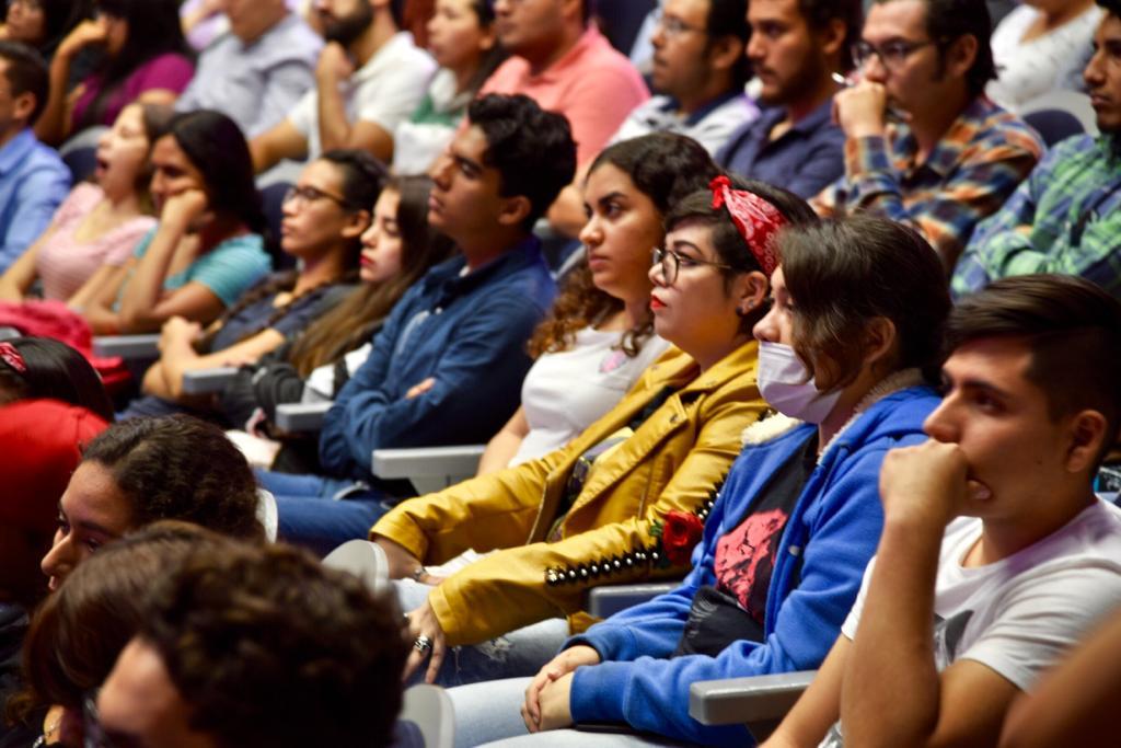 Estudiantes de CUCS en el auditorio durante el acto inaugural