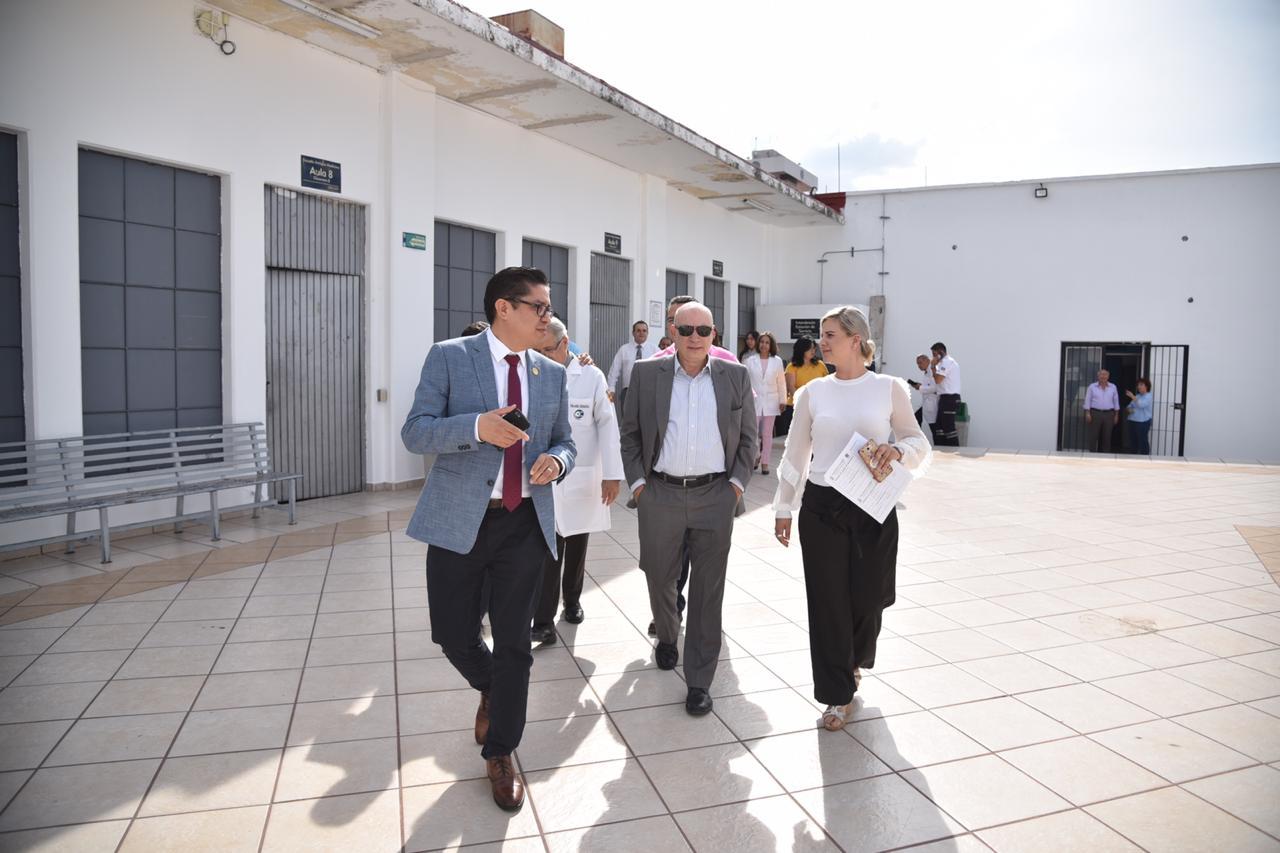 Autoridades caminando por el patio de la Antigua EScuela de Medicina