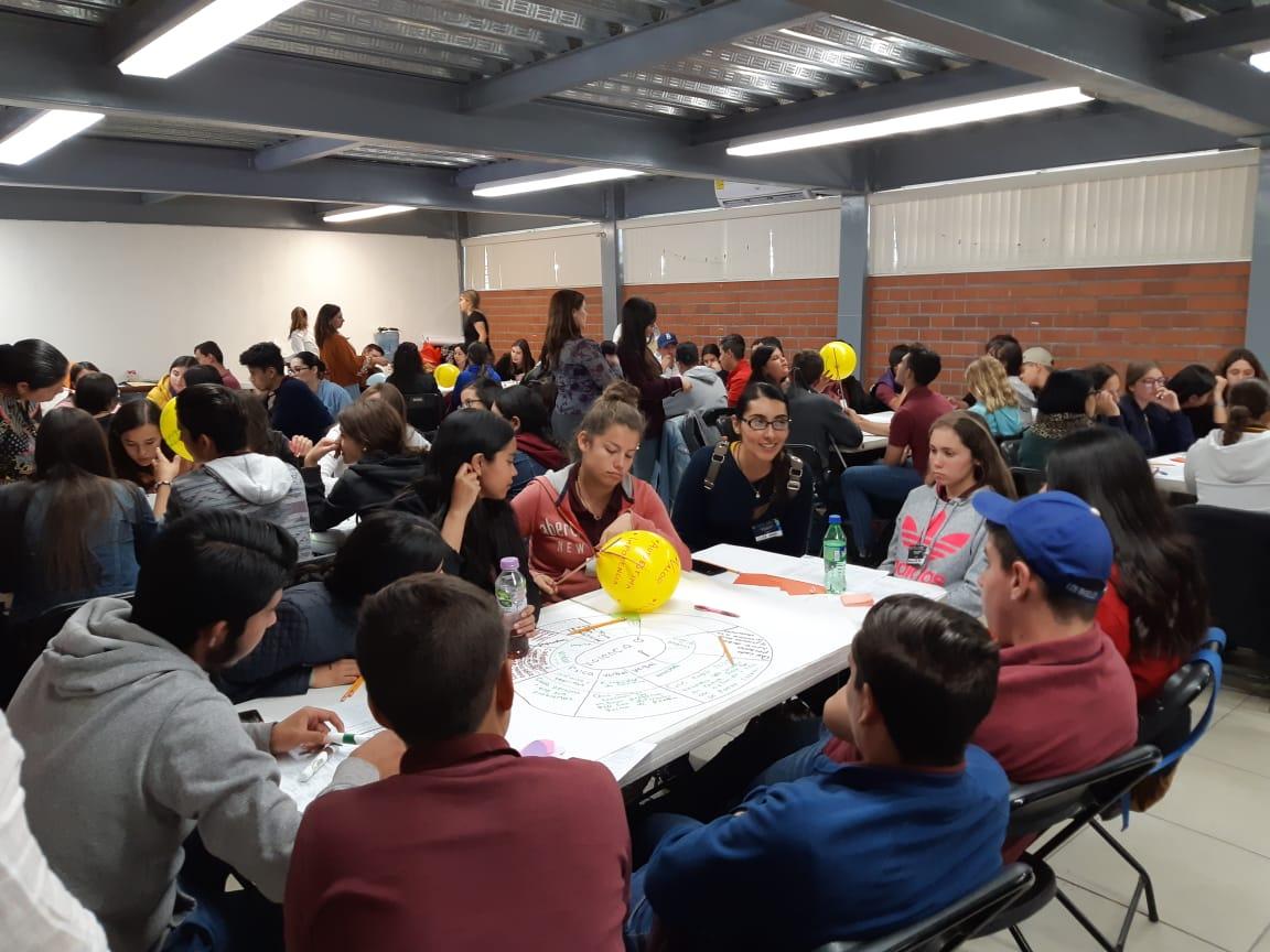 Alumnos participantes trabajando en equipo