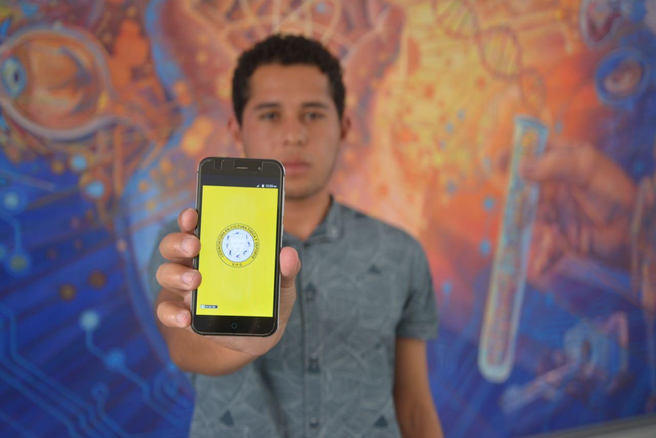 Alumnos creador de la App la muestra ante la cámara