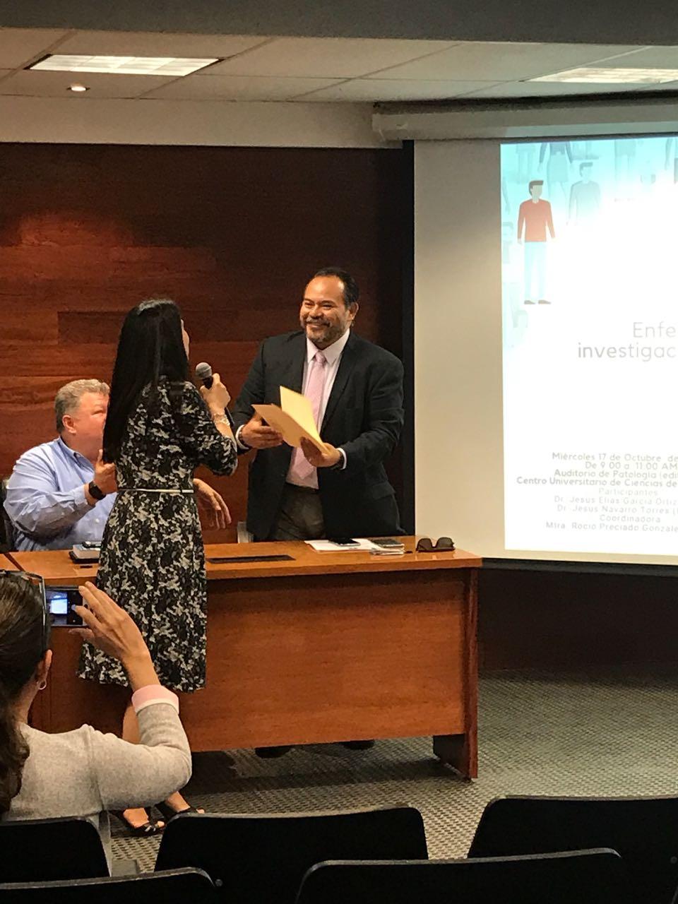Dr. Elias García recibiendo reconocimiento