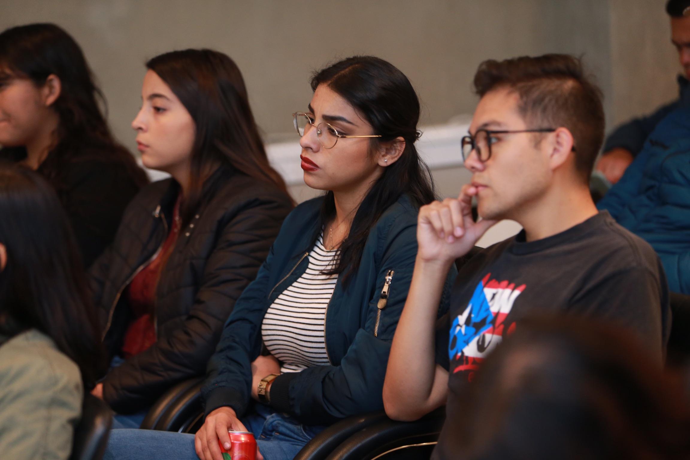 Alumnos asistentes al Diálogo Abierto organizado por la FEU