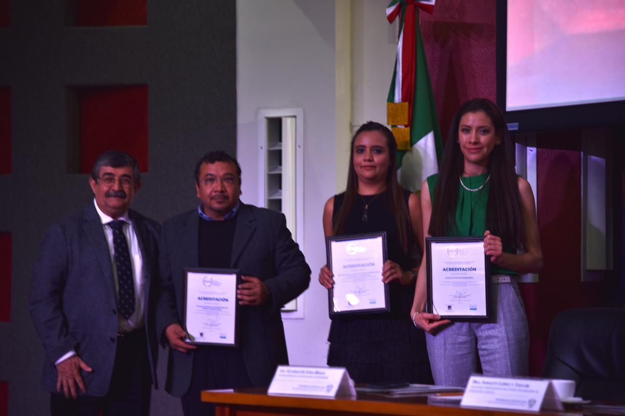 Foto grupal de los coordinadores de carrera acreditados exhibiendo el reconocimiento