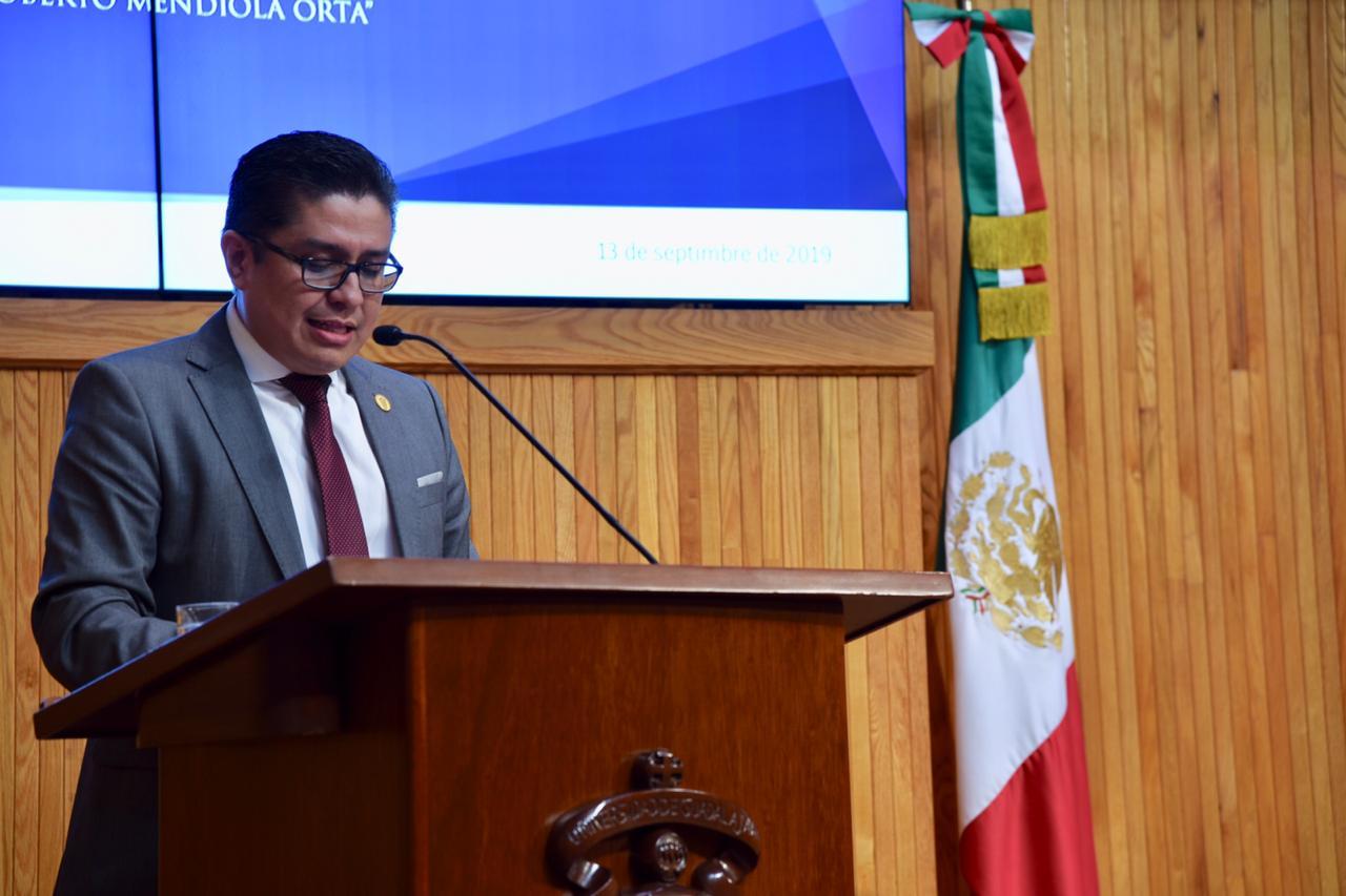 Dr. Muñoz dirigiendo mensaje desde el pódium, toma cerrada