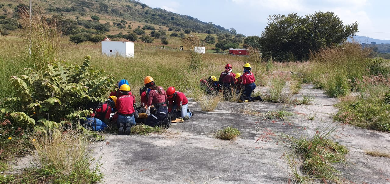 Alumnos en práctica de rescate en área rural de difícil acceso