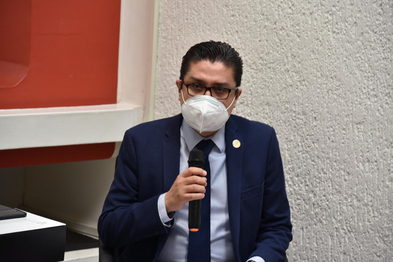 Rector del CUCS haciendo uso del micrófono en presentación del libro