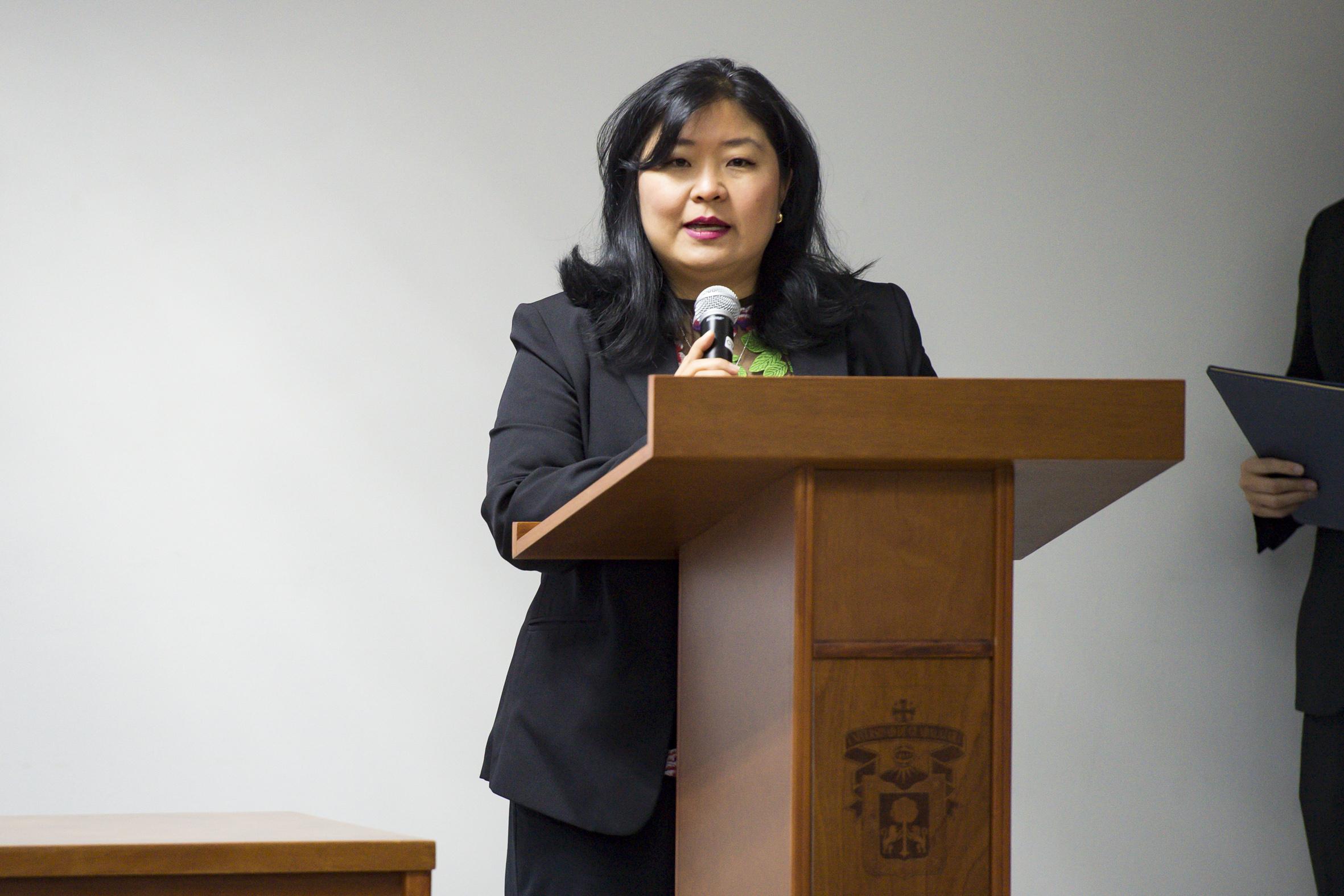 Lic Patricia Yokogawa dando palabras durante el acto inaugural