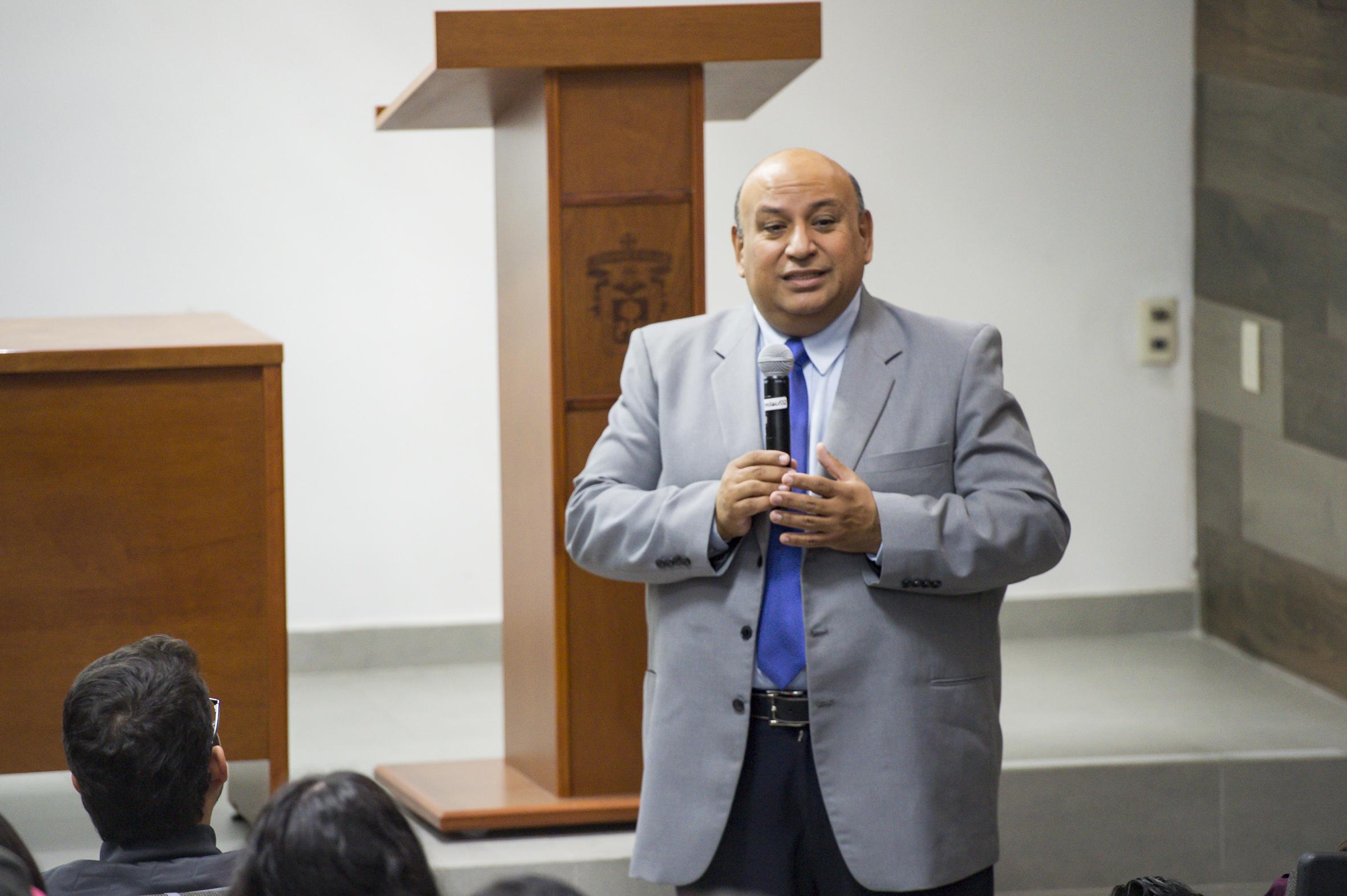 Mtro. Francisco Gutiérrez Rodríguez impartiendo conferencia