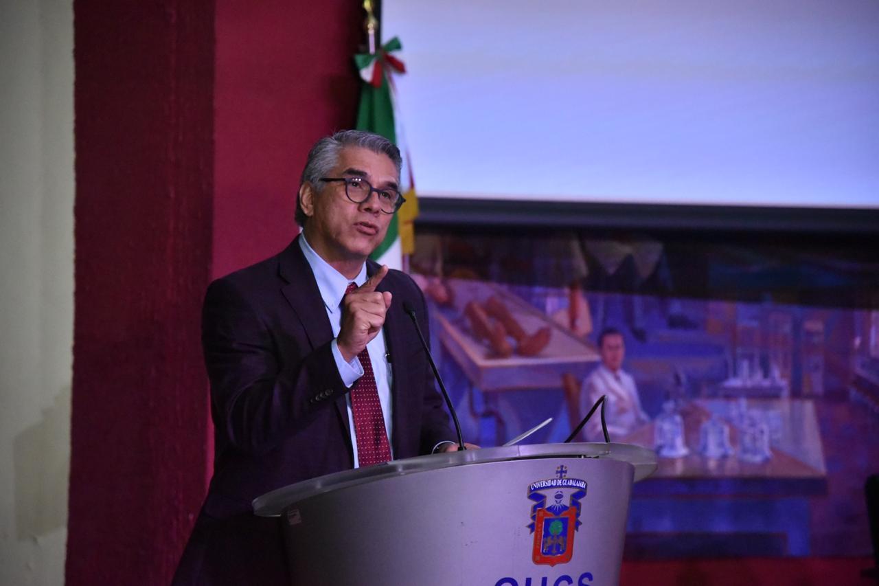 Director Hospital Civil Nuevo al micrófono en el pódium