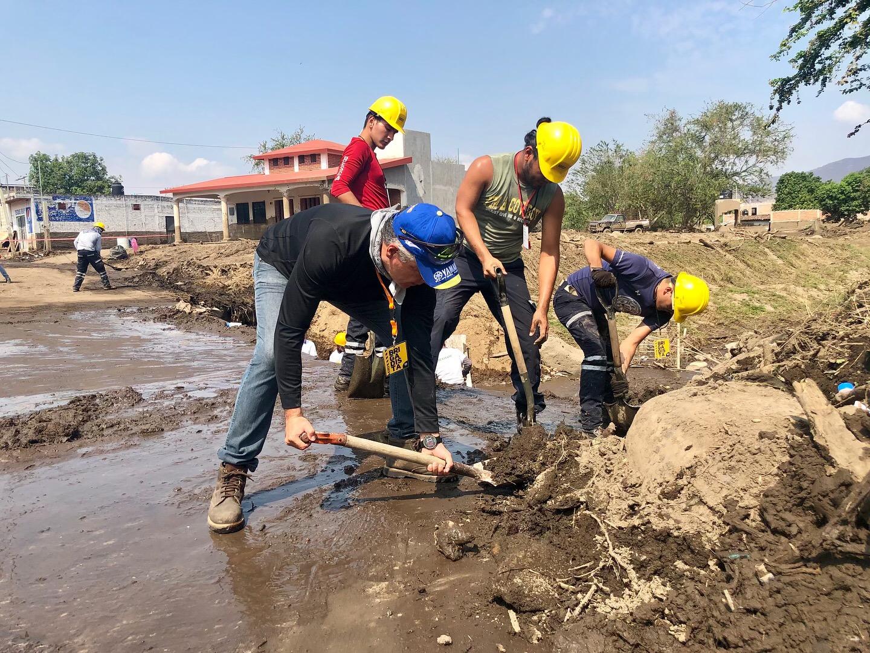 Apoyo de protección civil en limpieza de arroyo