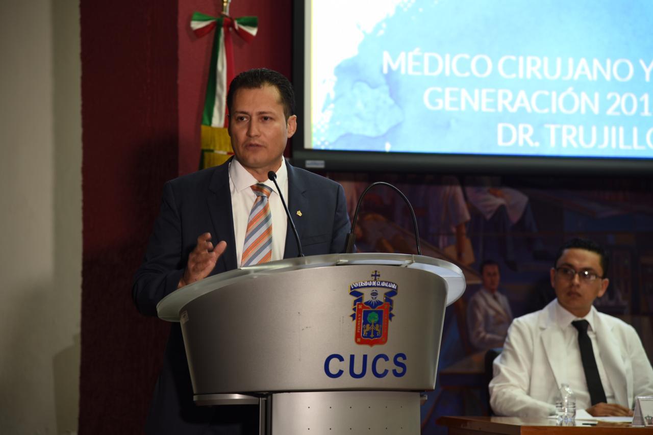 Director del antiguo Hospital civil ofreciendo mensaje a los graduados