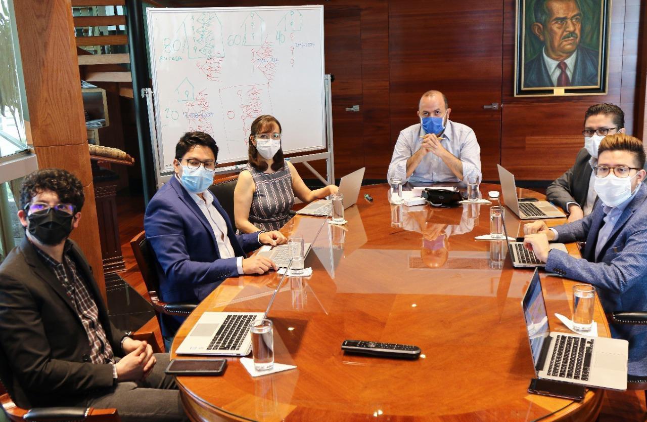 Algunos miembros de la Sala en sesión con el rector General de la UdeG