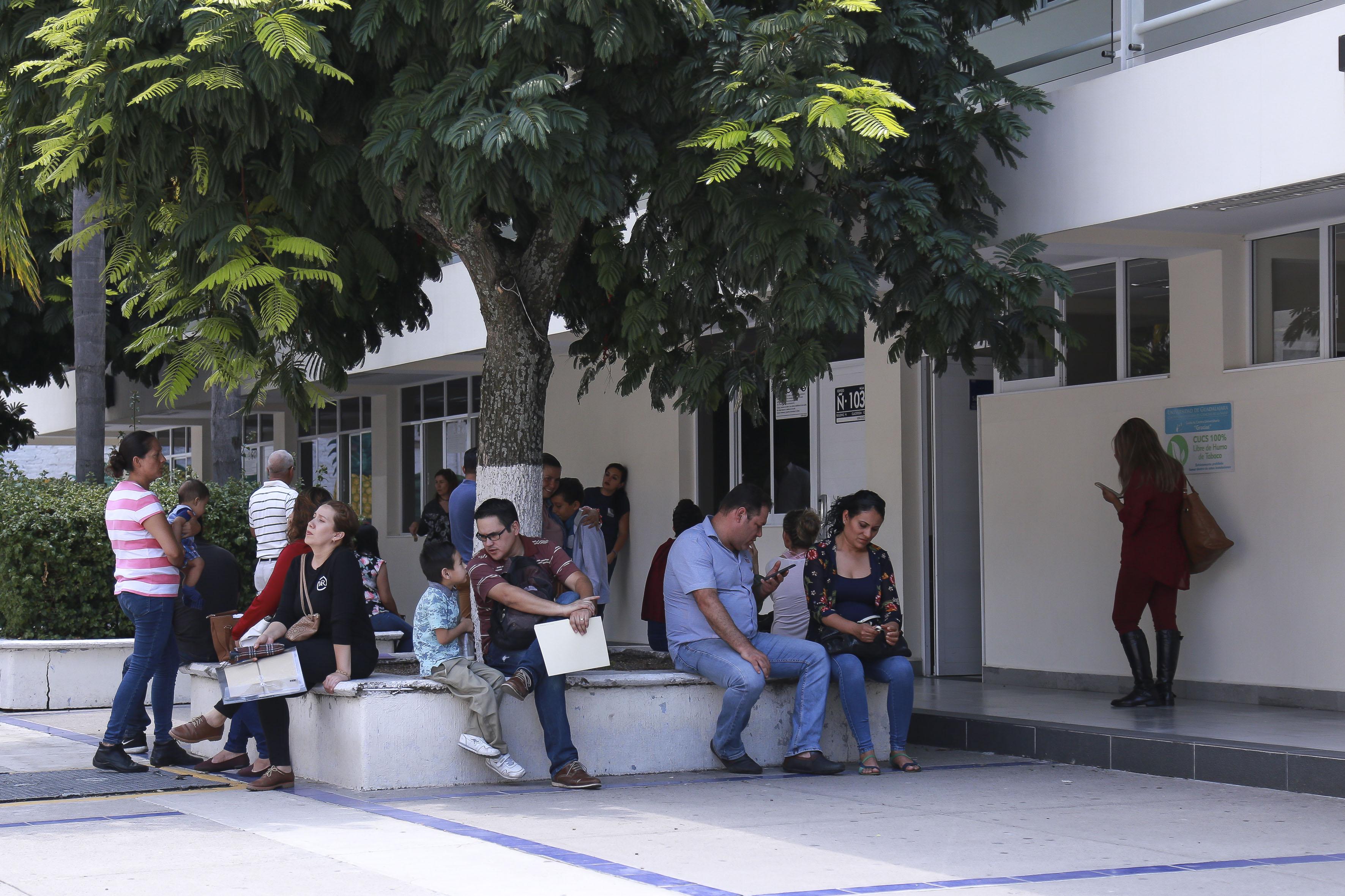 Padres de familia esperando mientras su hijos son evaluados