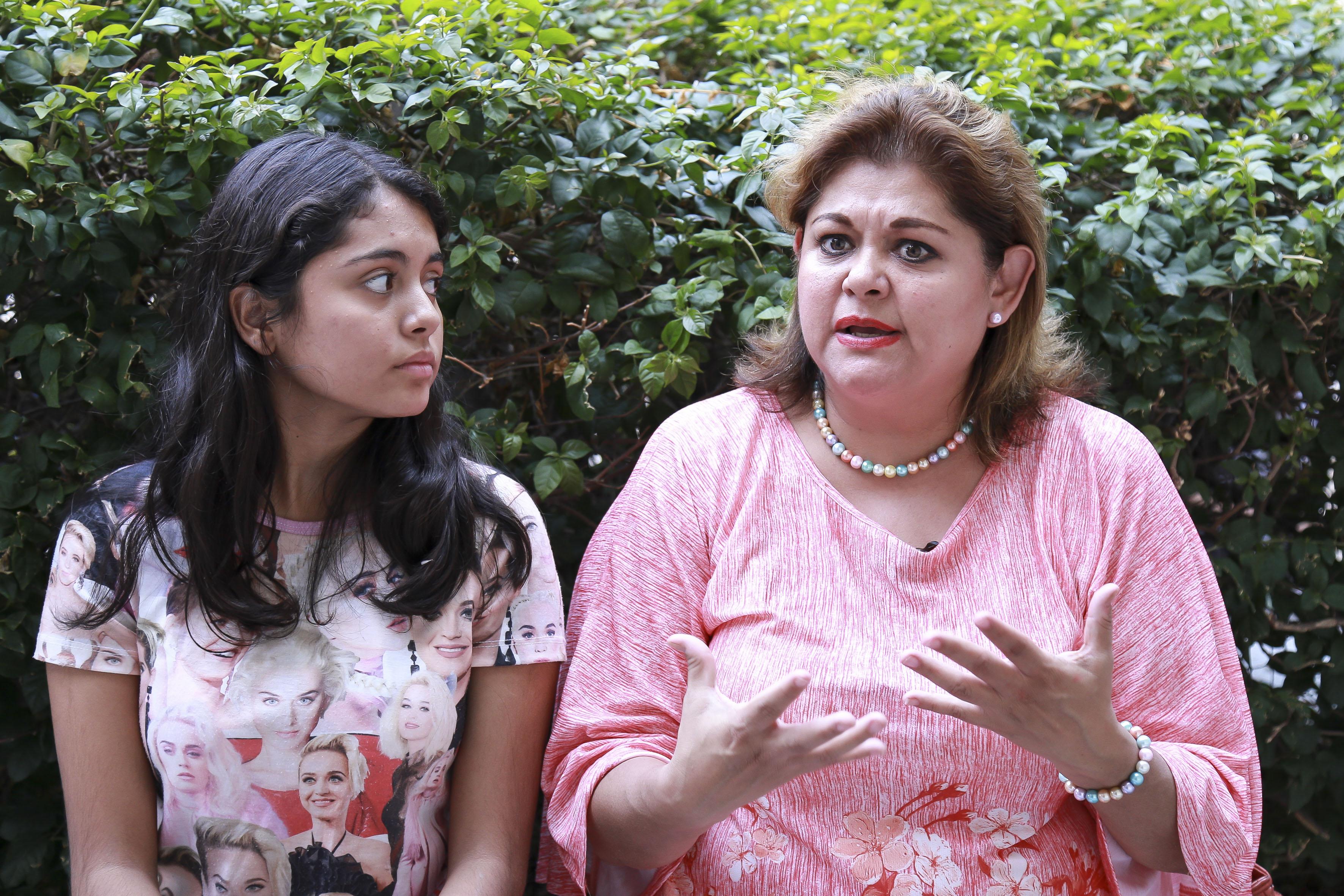 Madre de familia platicando con su hija después de la evaluación