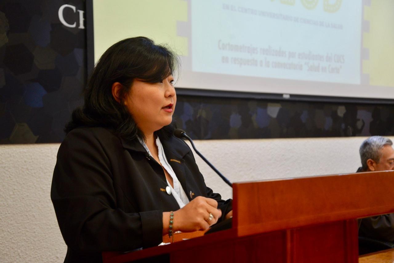 Lic. Patricia Yokogawa haciendo uso de la voz en el podio