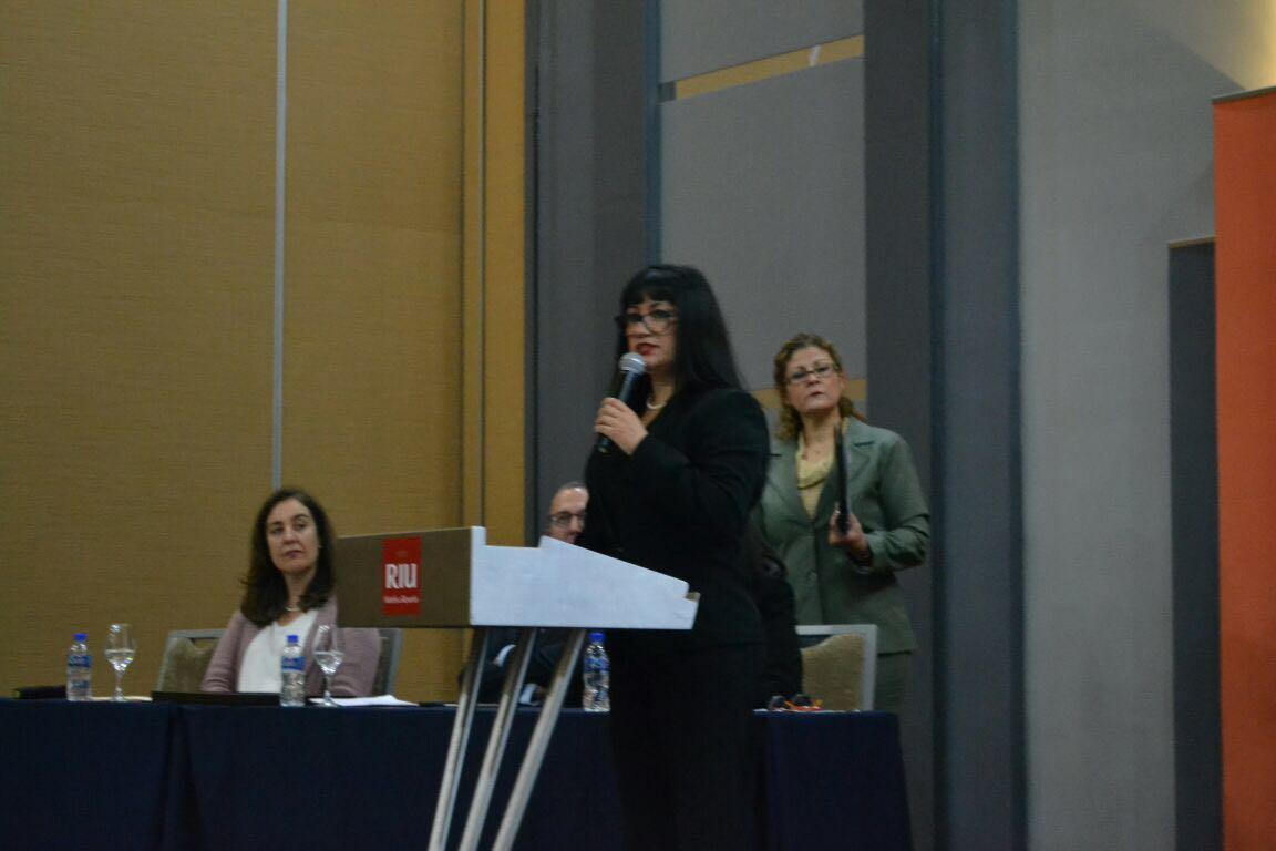 Dra Griselda Escobedo al micrófono
