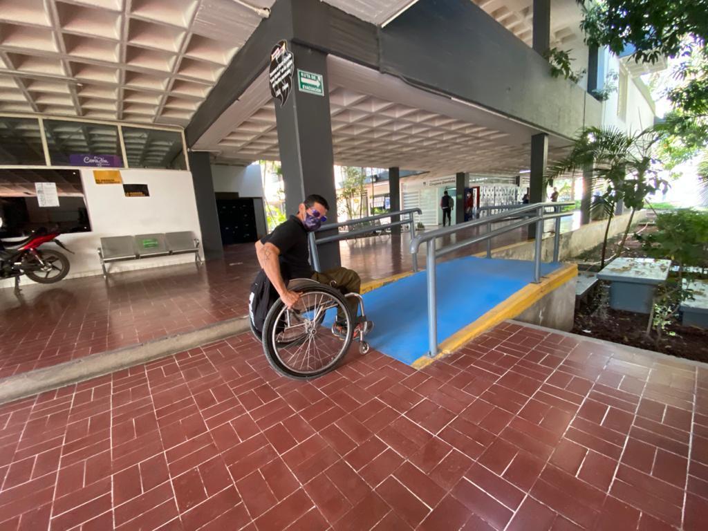 Alumno de CUCS en silla de ruedas a punto de cruzar una rampa