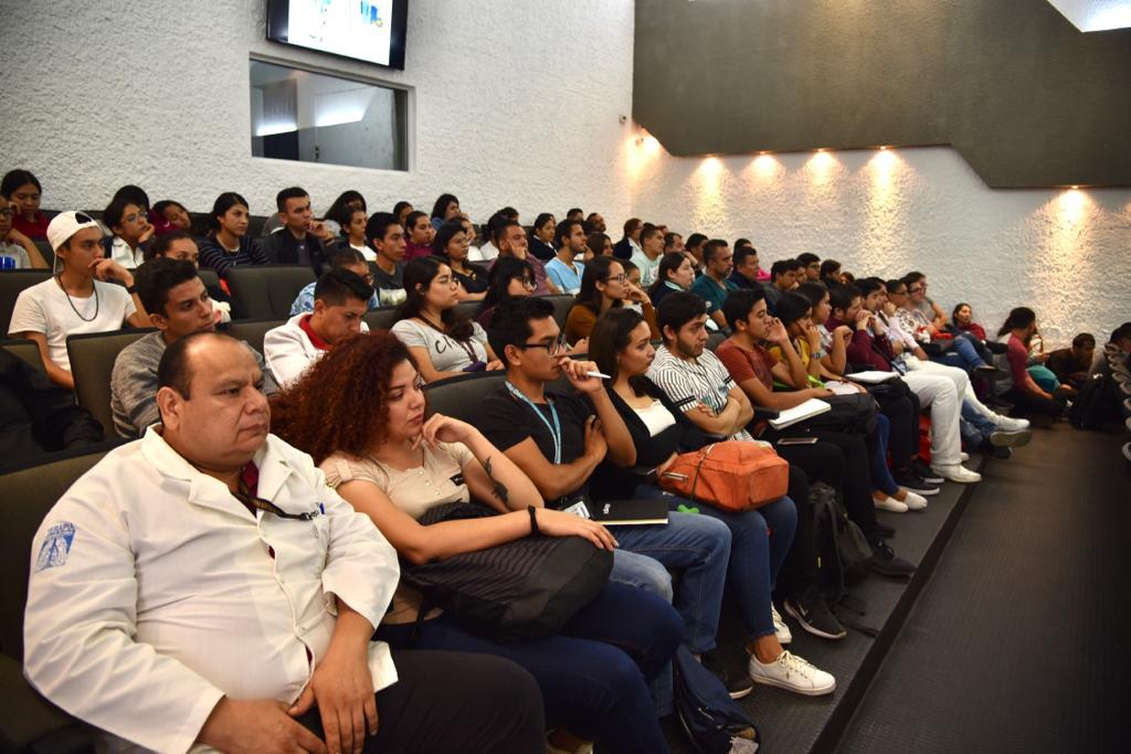 Docentes y alumnos asistentes a la conferencia