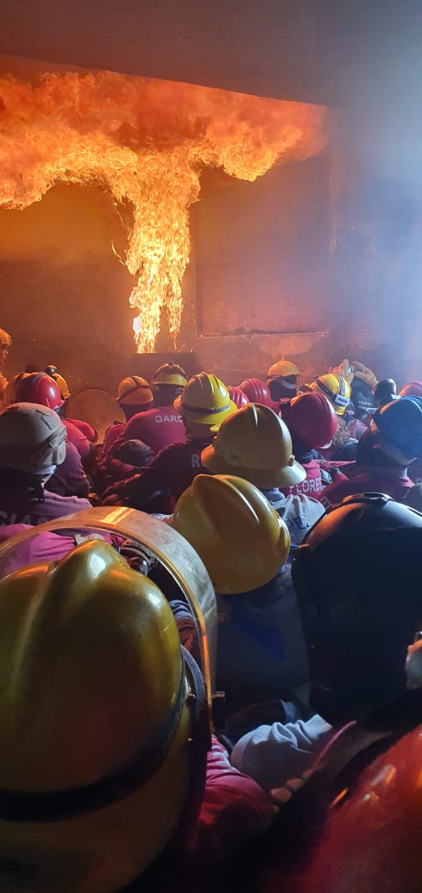 Alumnos en práctica de extinción de fuego en área cerrada