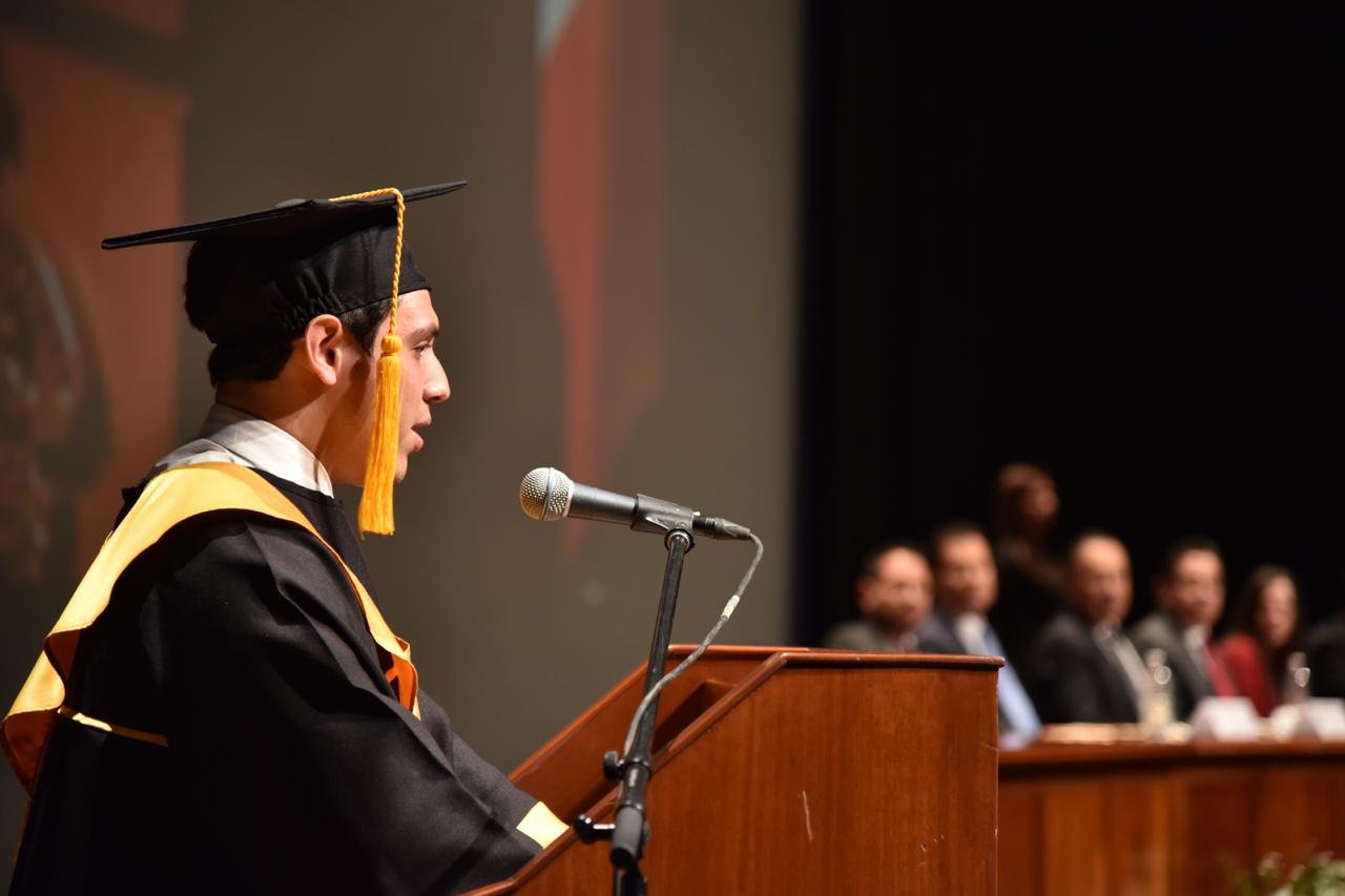 Representante de generación dando discurso desde el pódium
