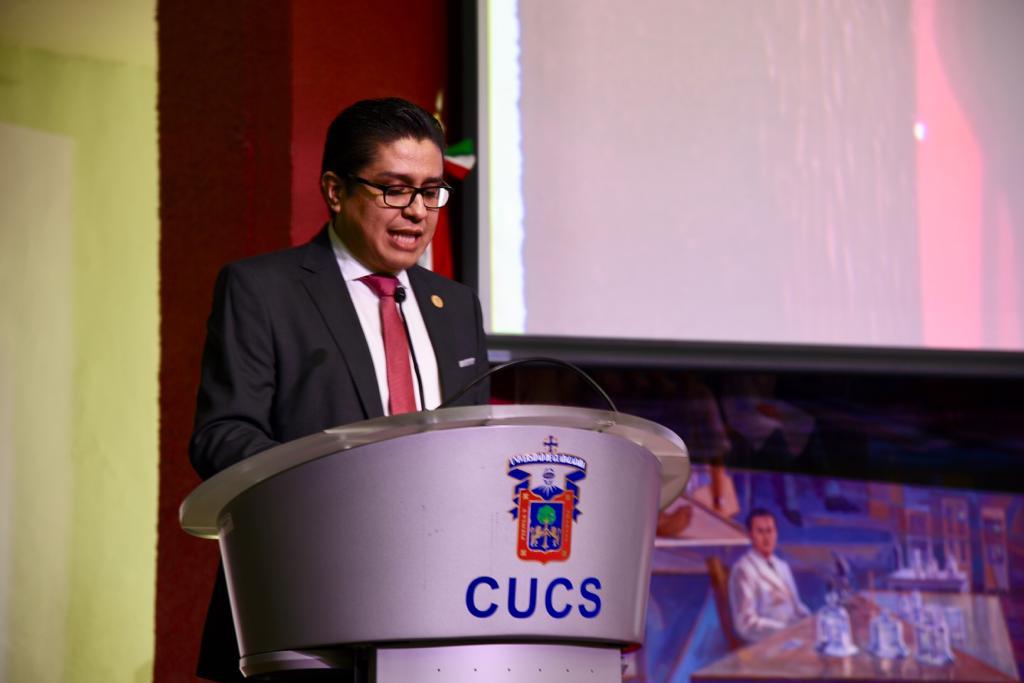 Rector del CUCS en el pódium dando mensaje inaugural