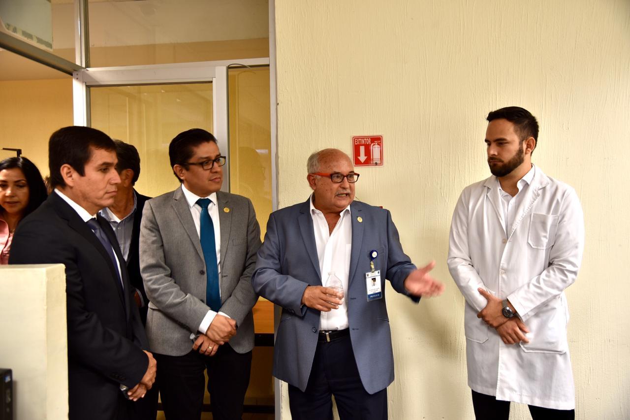 Directivo de CUCS explicando al rector y demás funcionarios el proyecto dental