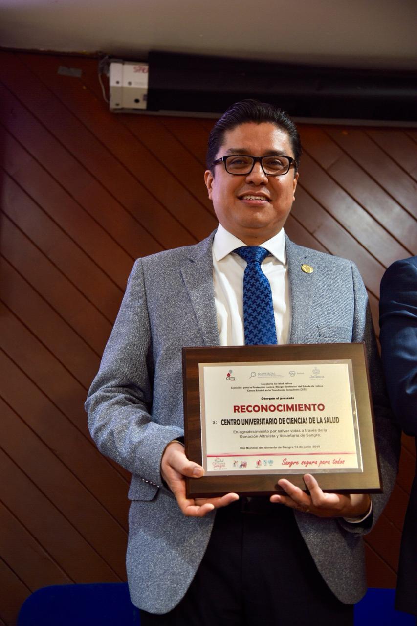 Dr. Muñoz exhibiendo reconocimiento