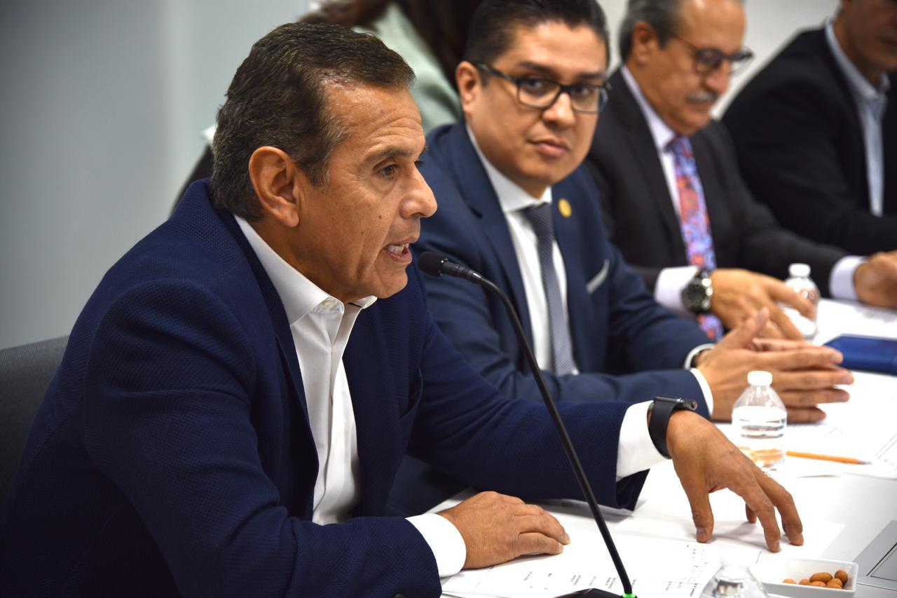 Ex alcalde de Los Ángeles al uso del micrófono durante la reunión