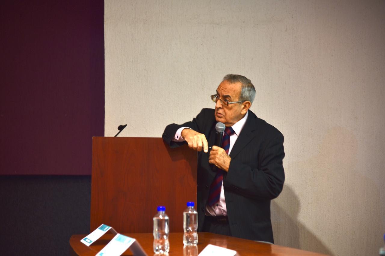 Conferencista recargado en el pódium