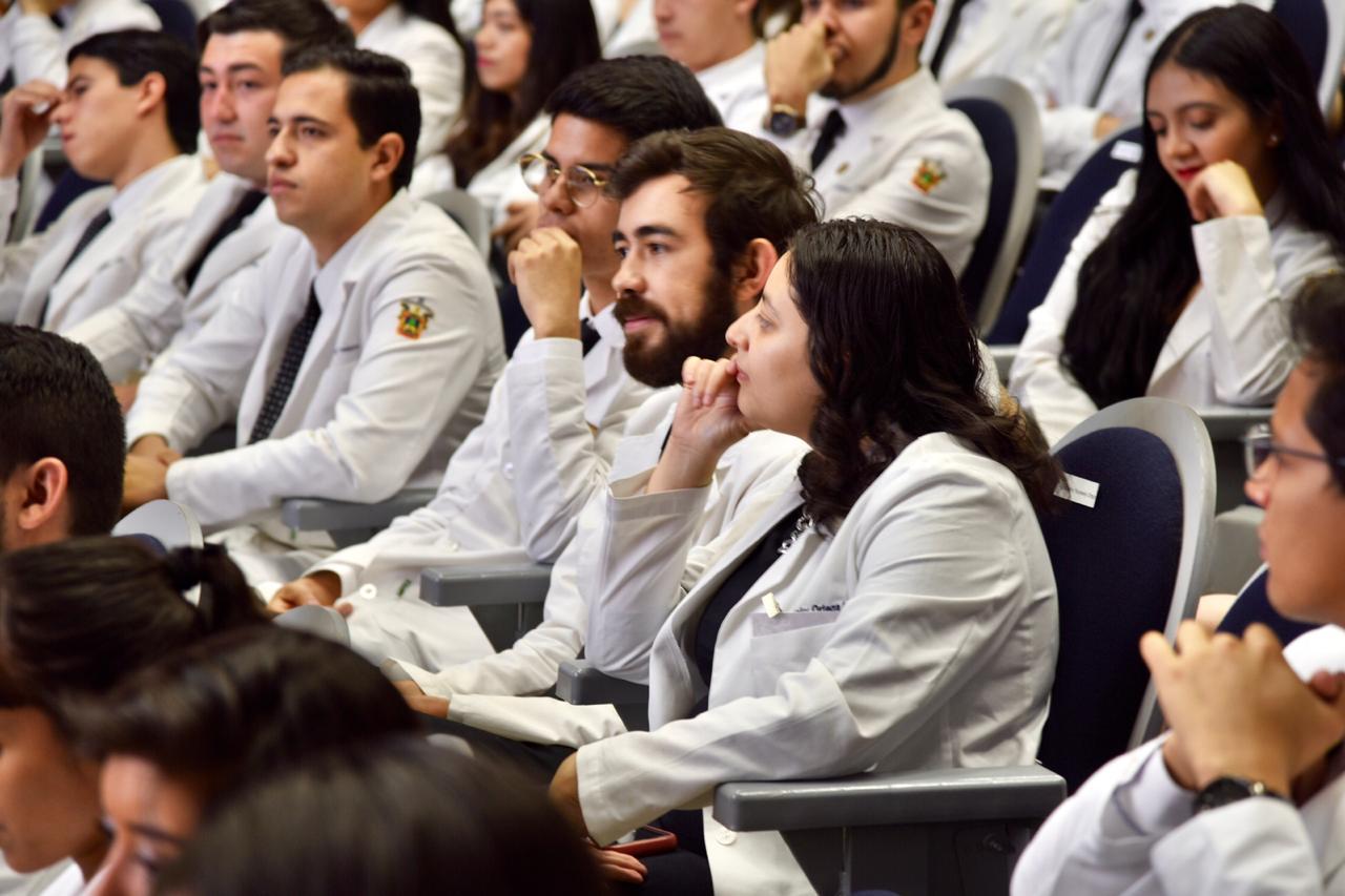 Médicos Internos de Pregrado escuchando los mensajes en su acto académico