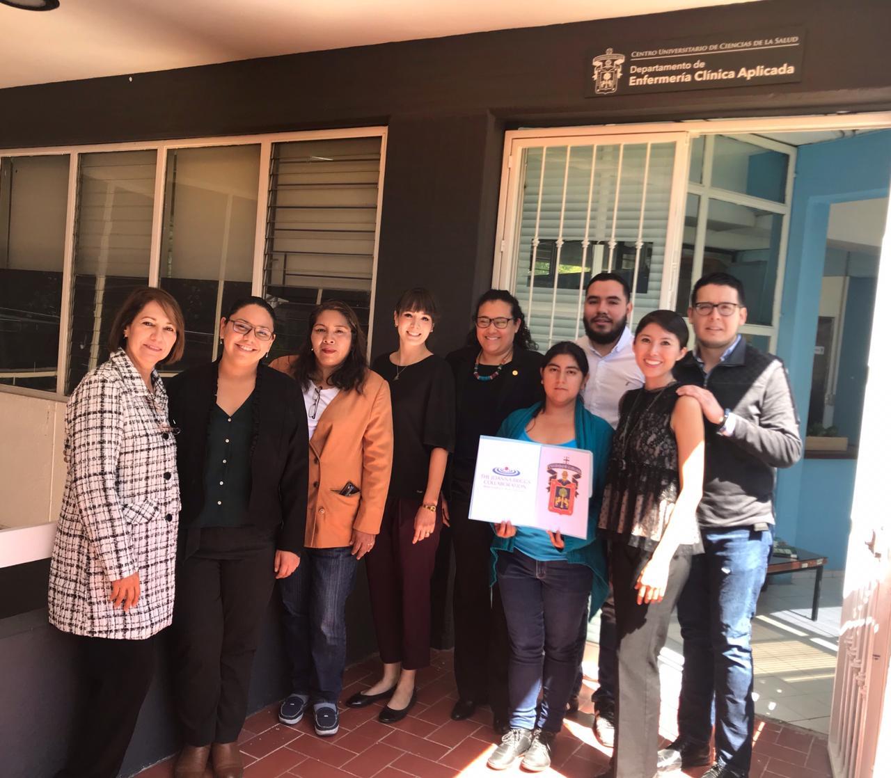 Foto grupal a las afueras del Departamento de Enfermería Aplicada
