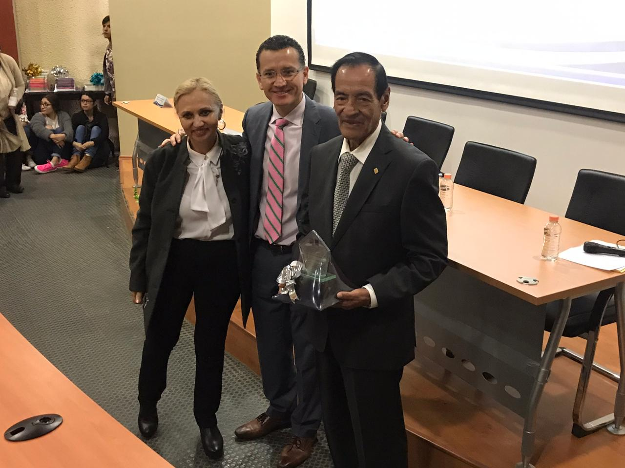 Directivos del CUCS posan con el Dr. Juan Manuel Alcántar Jaramillo