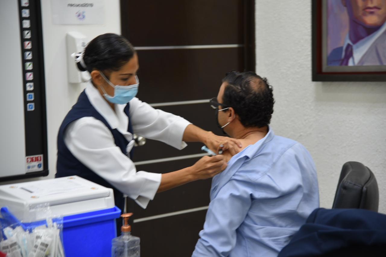 Enfermera aplicando vacuna a Secretario Académico del CUCS
