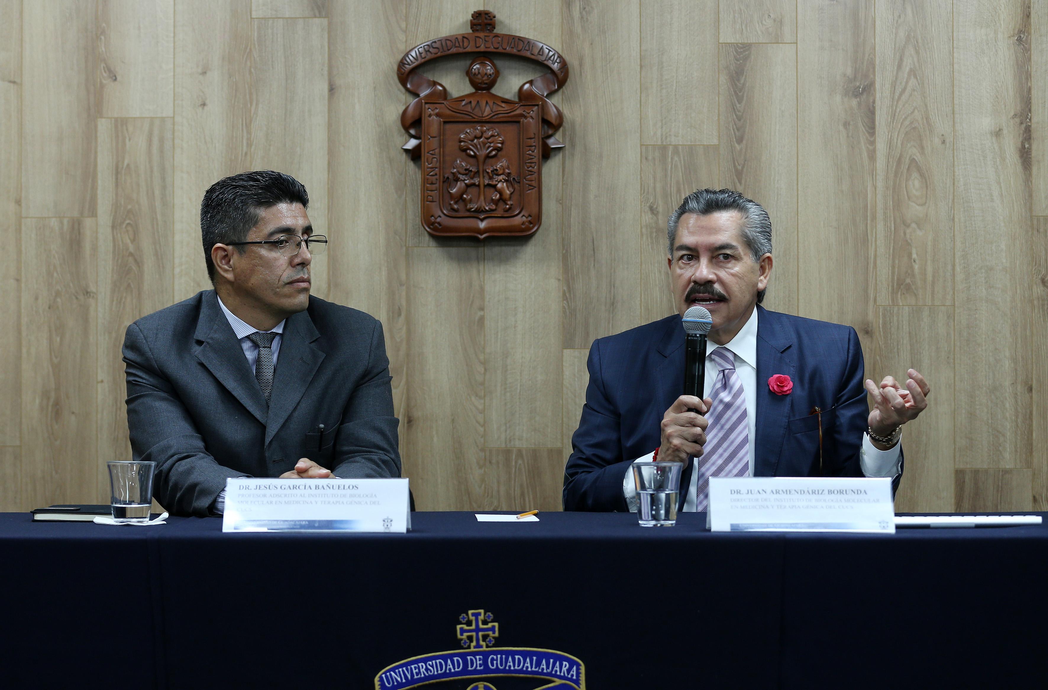 Dr. Juan Armendáriz al micrófono en compañía del Dr. Jesús García Bañuelos