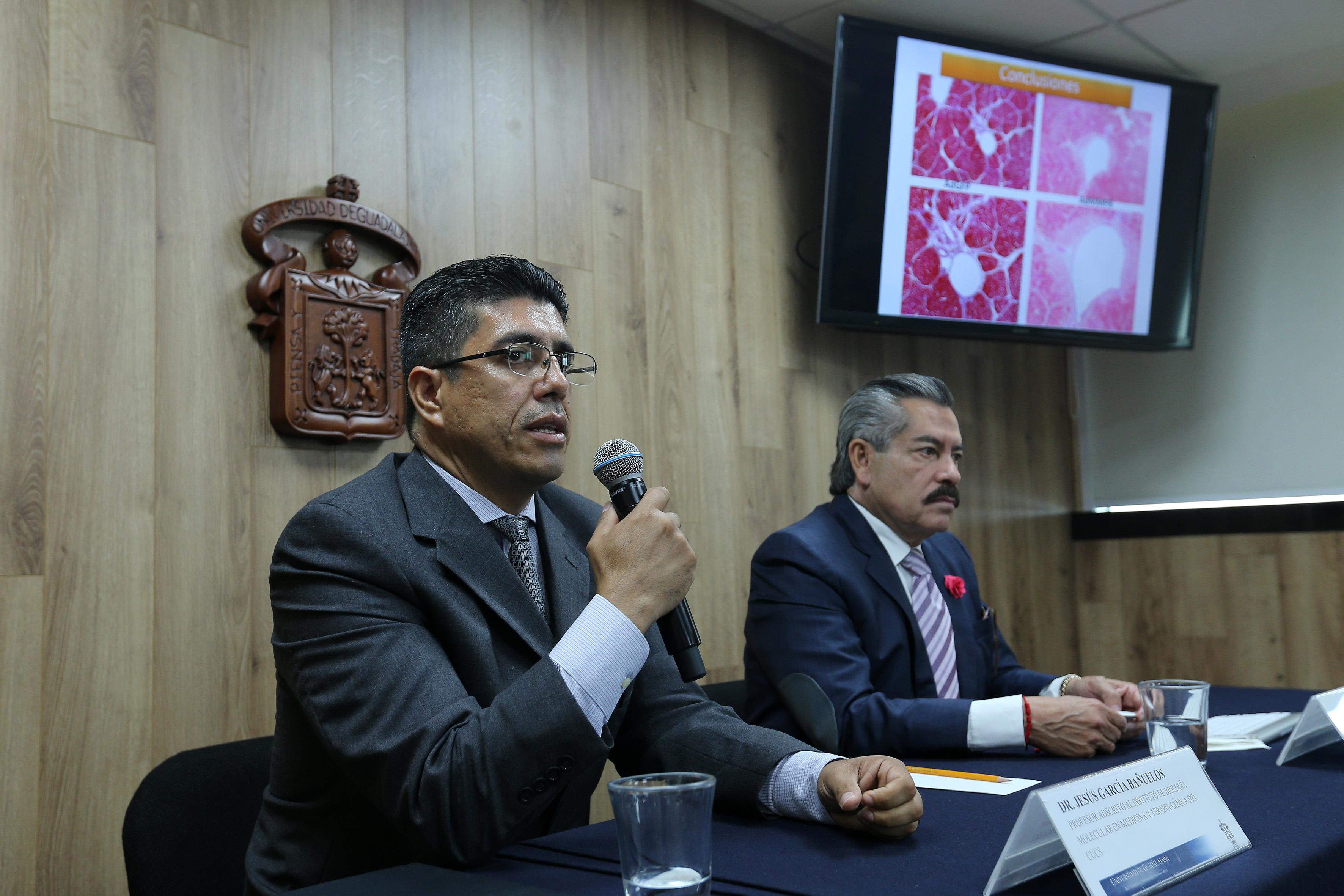 Dr. Juan García Bañuelos al micrófono