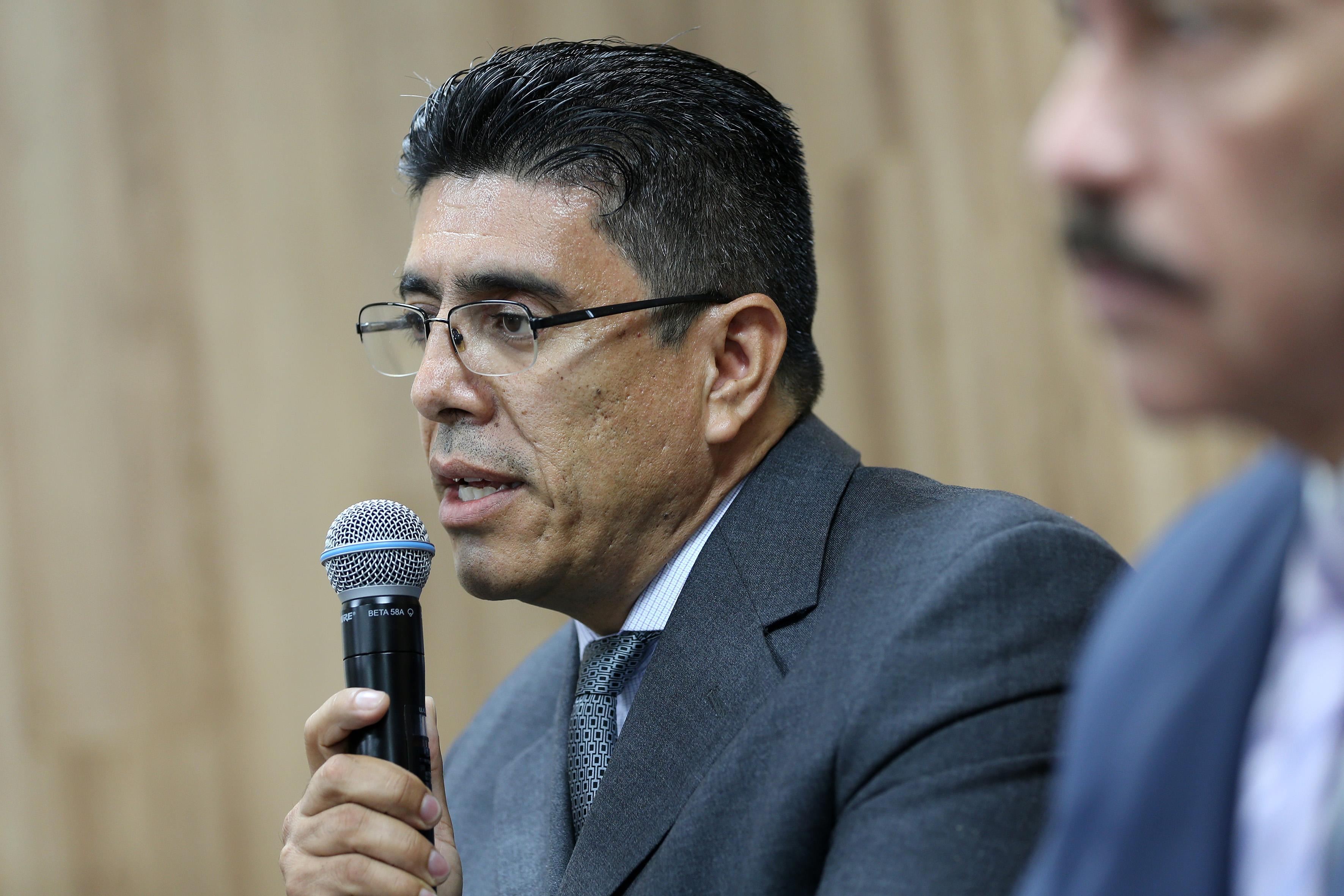 Dr. Jesús García Bañuelos al micrófono