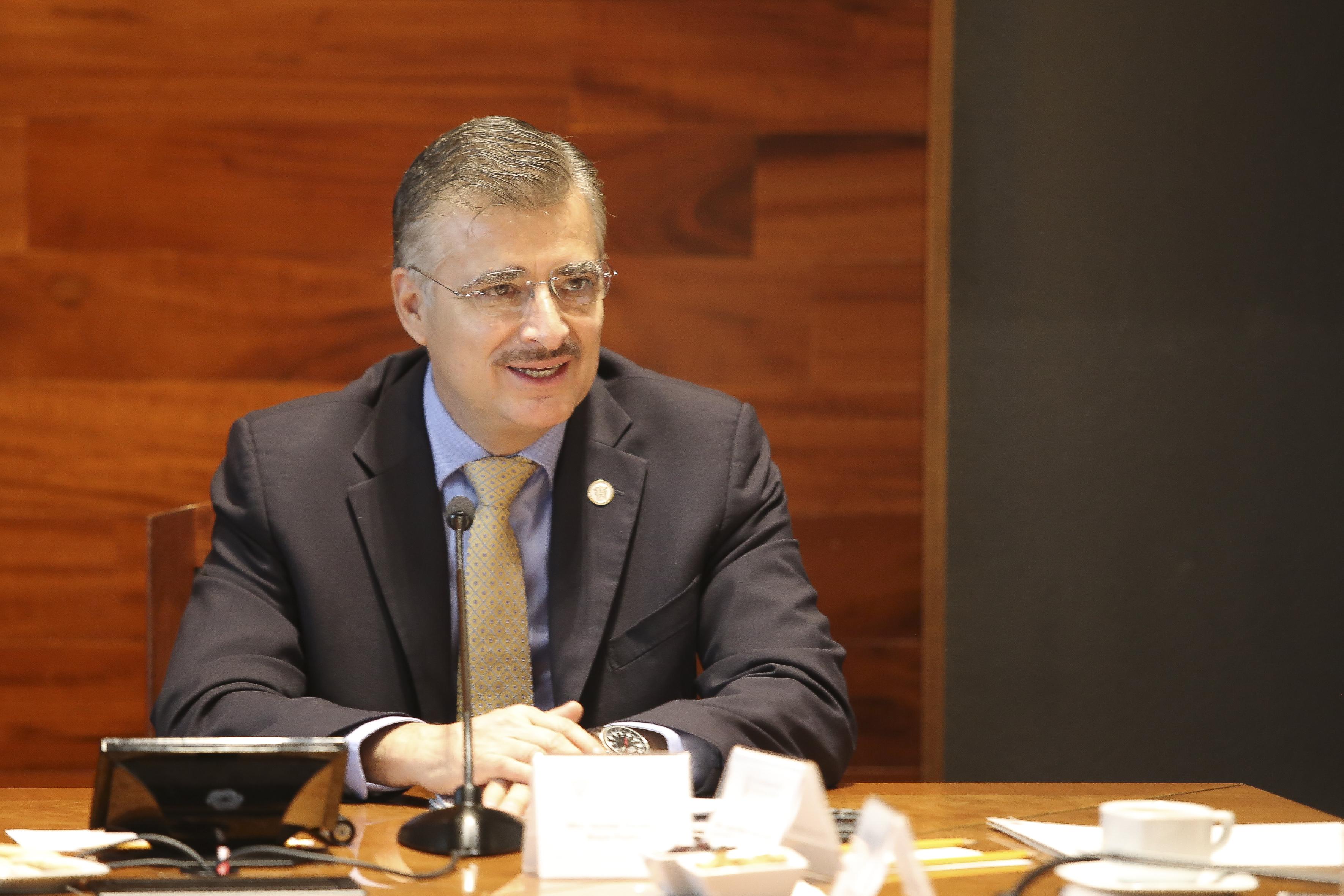 Rector general tomando la palabra en la sala de juntas de Rectoría General
