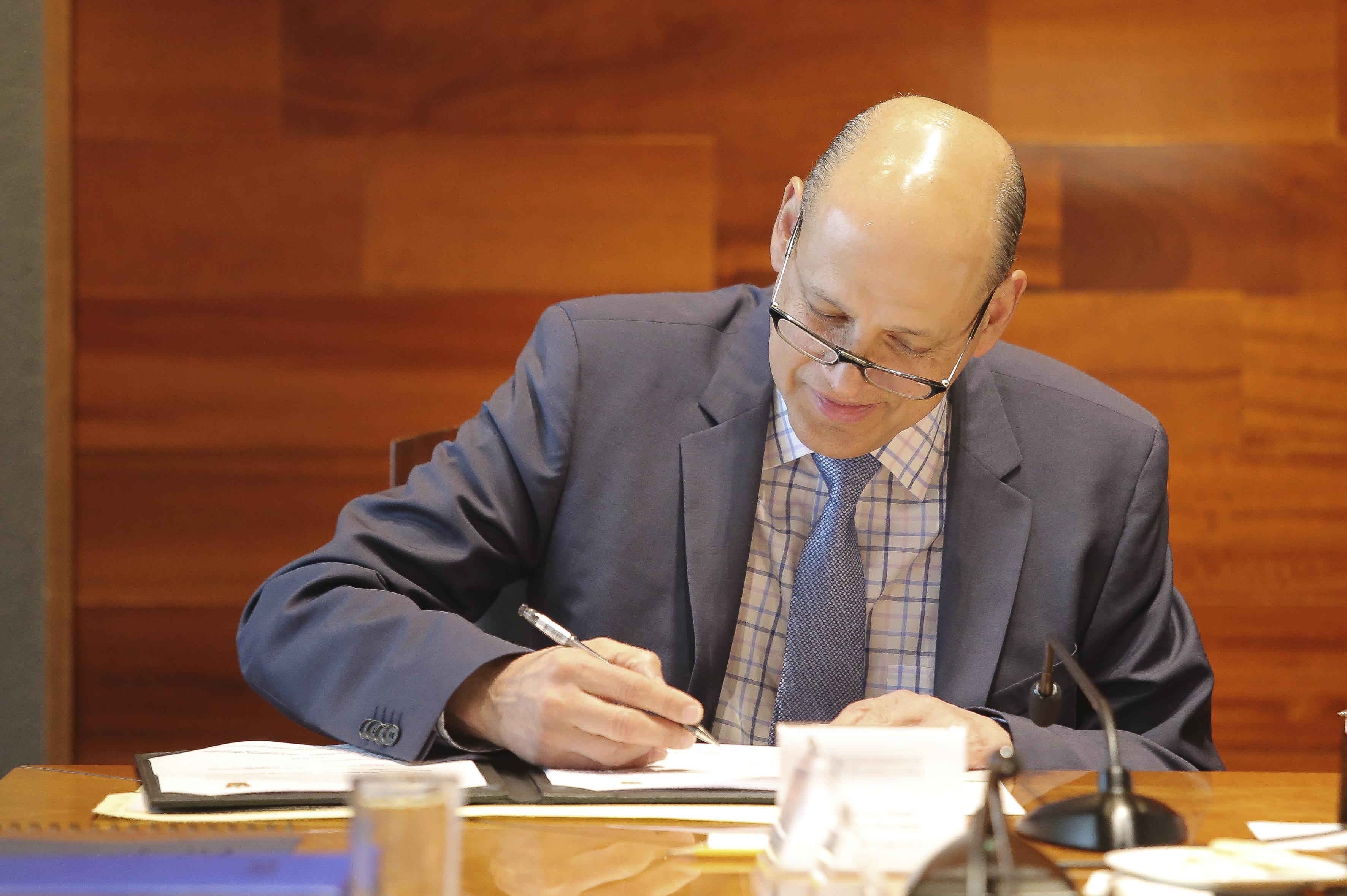 Delegado del IMSS firmando el convenio
