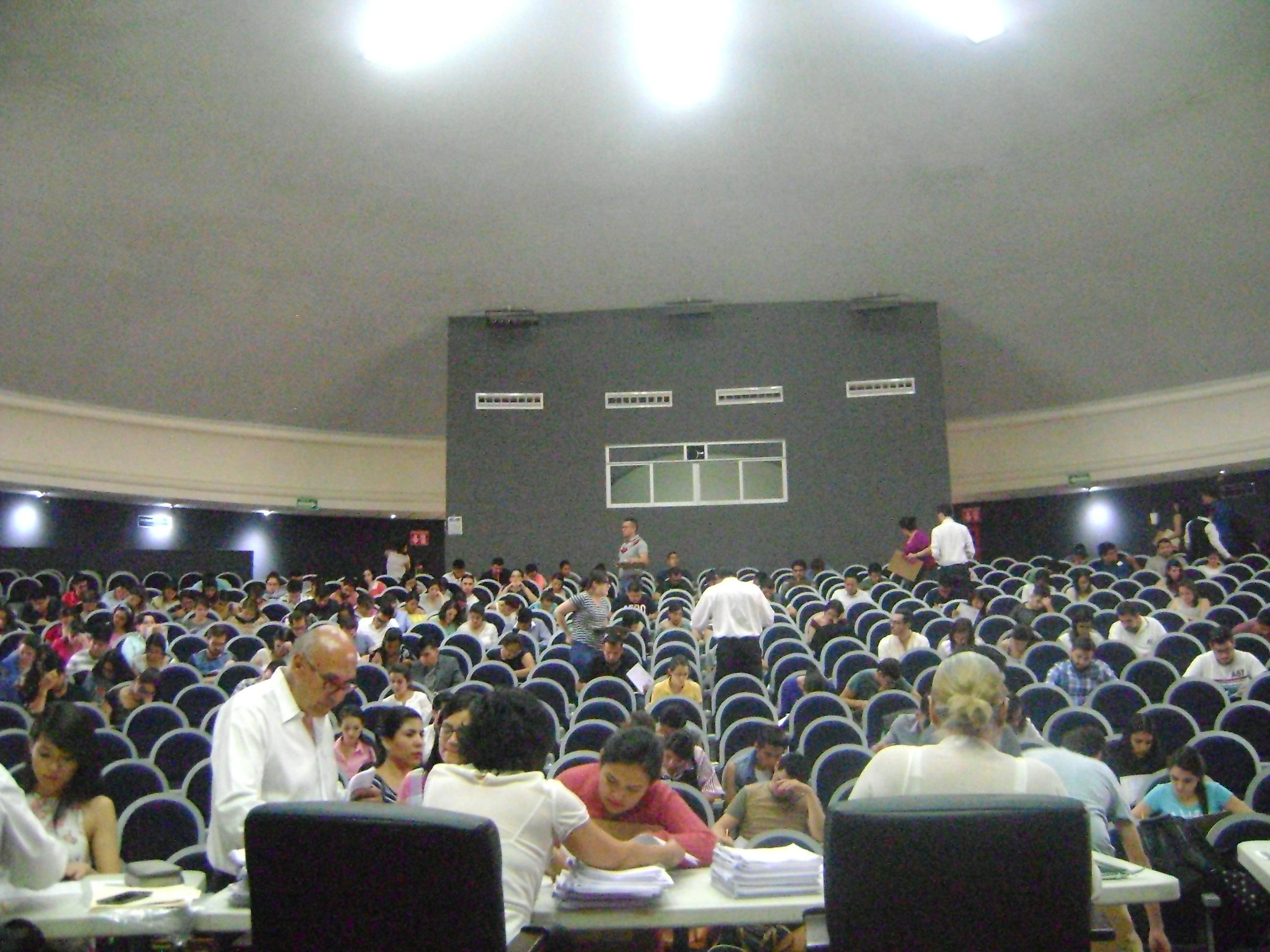 Sesión de evaluación en el Auditorio Roberto Mendiola Orta del CUCS, en primer plano los evaluadores
