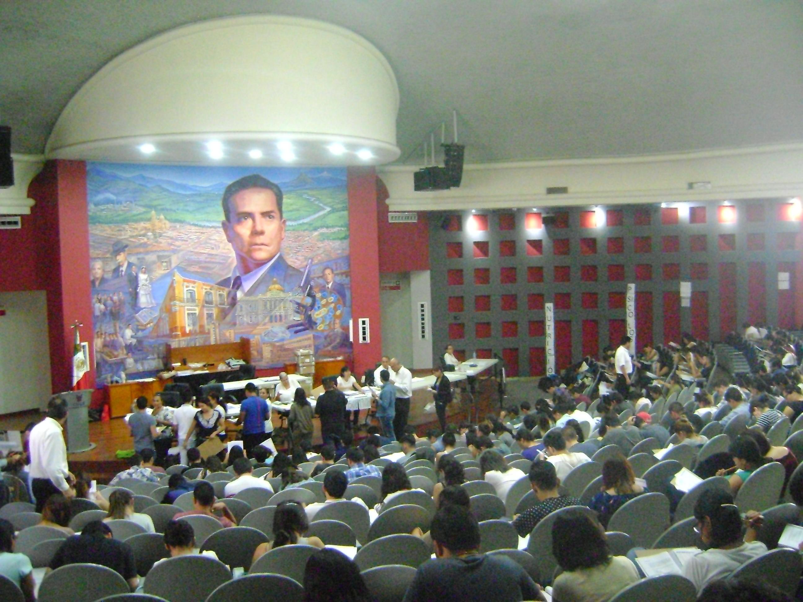 Sesón de Evaluación en el Auditorio Roberto Mendiola Orta vista desde la parte trasera del recinto