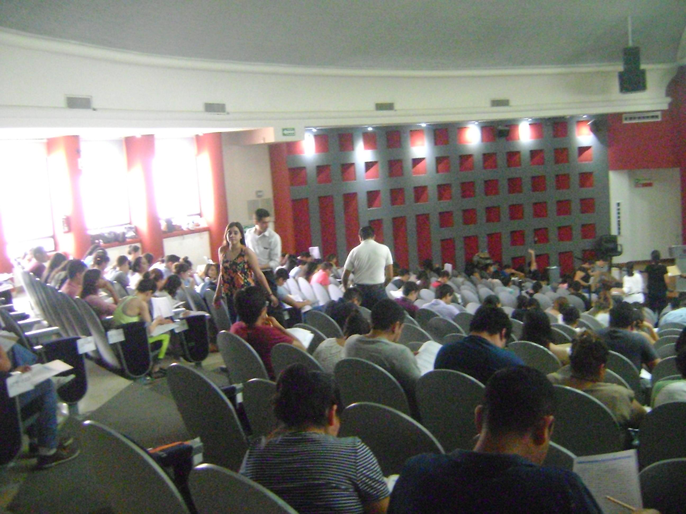 Vista de todas las butacas del Auditorio Roberto Mendiola Orta ocupadas por alumnos haciendo el Egel