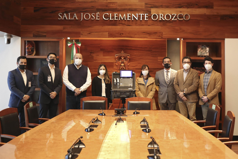 Funcionarios universitarios y directivos del Grupo T posan para la foto, exhiben el equipo donado, todos usan cubrebocas
