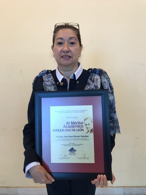 Dra. Ana Rosa Rincón posa exhibiendo su presea