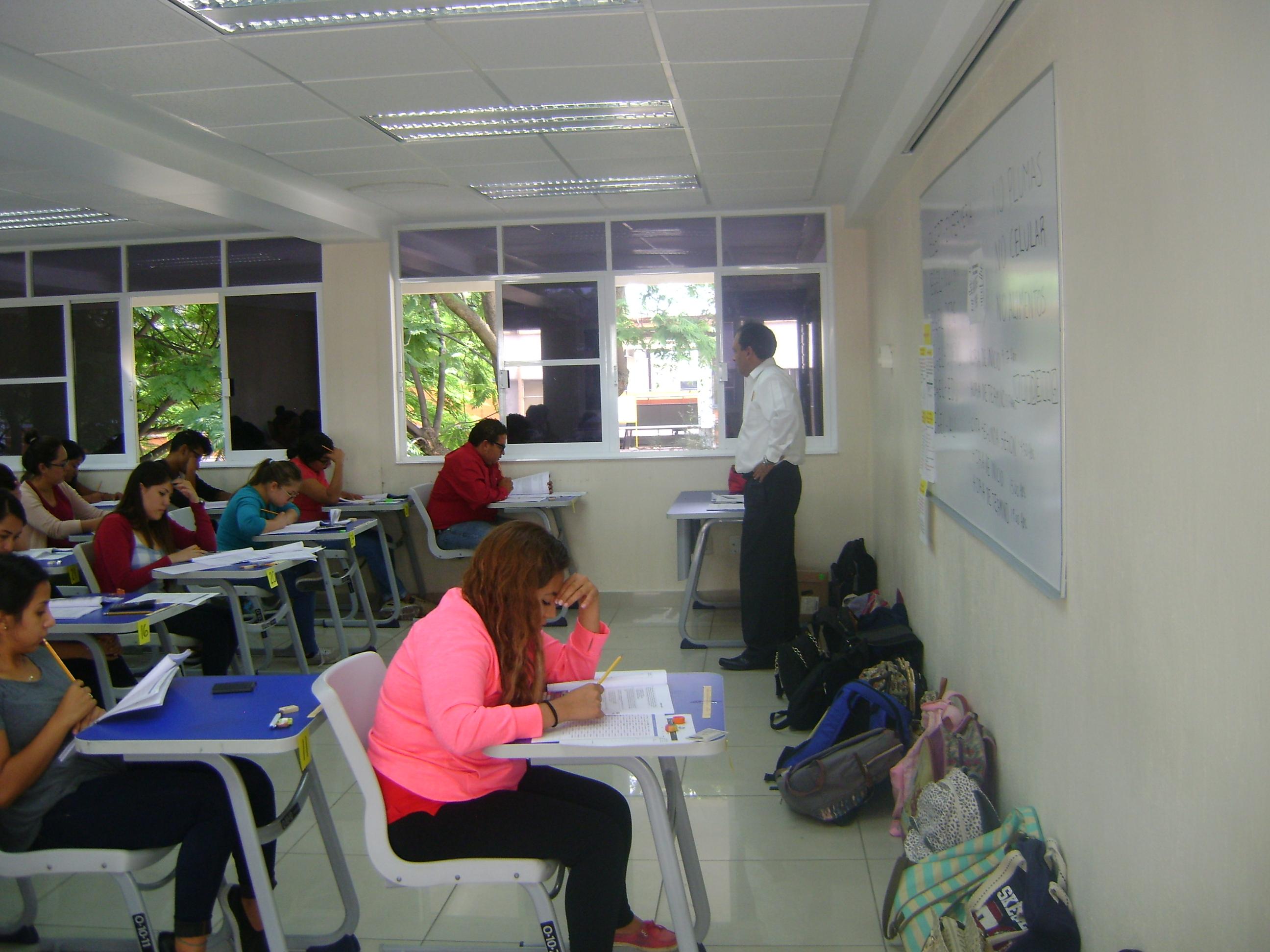Alumnos realizando EL EGEL en aula del CUCS