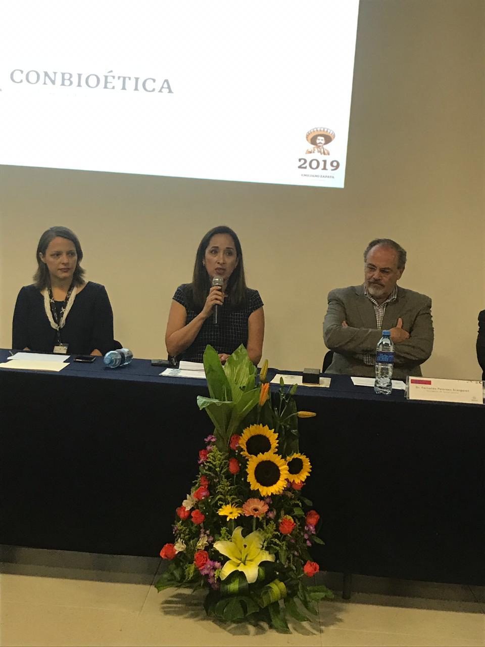Dra Irene Córdova tomando la palabra
