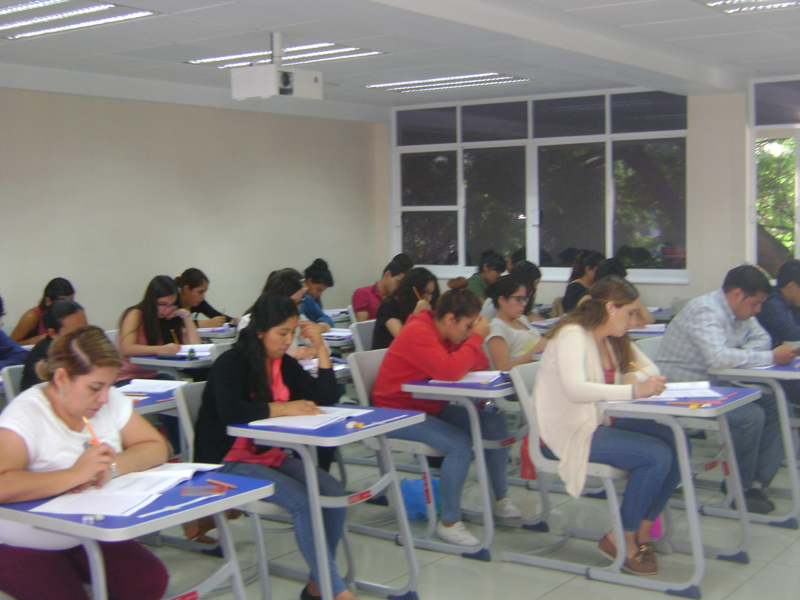Aula llena con alumnos realizando el EGEL